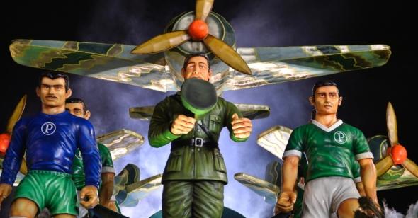 13fev2015---integrantes-da-mancha-verde-aguardam-na-concentracao-o-inicio-do-desfile-do-grupo-especial-do-carnaval-de-sao-paulo-1423874370454_956x500